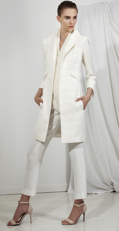 Traje sastre oara novia en color blanco con pantalones cigarrillo y saco estructurado