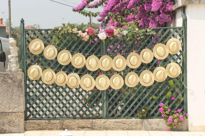 tema de casamento: estações. chapeus de palha pendurados numa parede