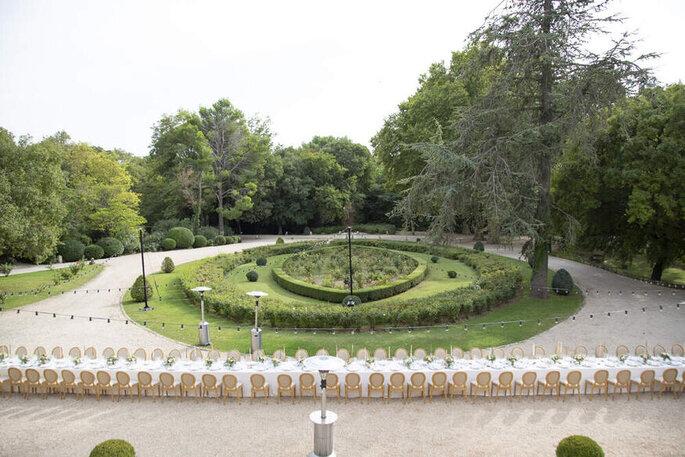 Un dîner de mariage organisé dans un jardin en plein air