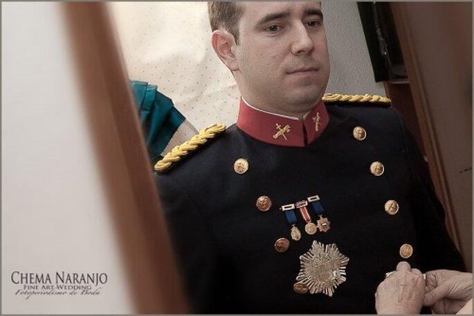 El atenduo del novio es fundamental para una boda con tema militar. Foto de Chema Naranjo