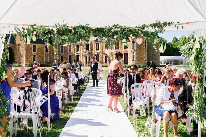 Les invités attendent l'arrivée des mariés - cérémonie laïque en extérieur