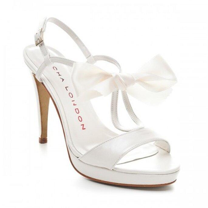 Zapatos de novia abierto de cintas con un moño - Foto Sacha London