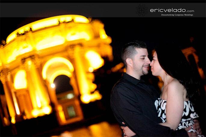 Pareja de enamorados frente a un kiosko - Foto: Eric Velado