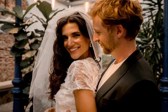 novio mirando a novia sonriente