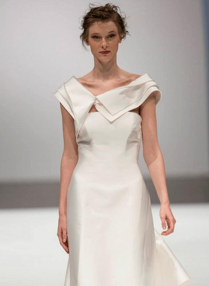Asymmetrische Linien sorgen für den Minimal Chic-Effekt. Brautkleid von Toi Couture. Foto via Facebook
