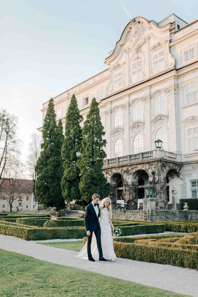 laufendes Brautpaar im Schlossgarten