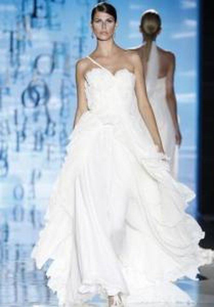 Pepe Botella 2010 - Vestido largo de falda muy amplia, talle alto, escote corazón con tirante fino transversal