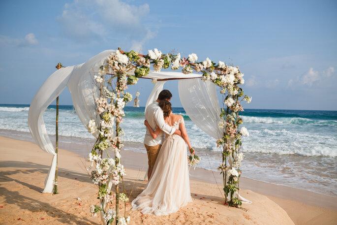 zweisprachige Trauzeremonie, Bautpaar am Strand