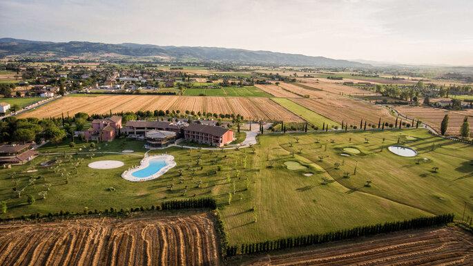 Hotel Spa & Golf Valle di Assisi - vista dall'alto della location e i suoi campi