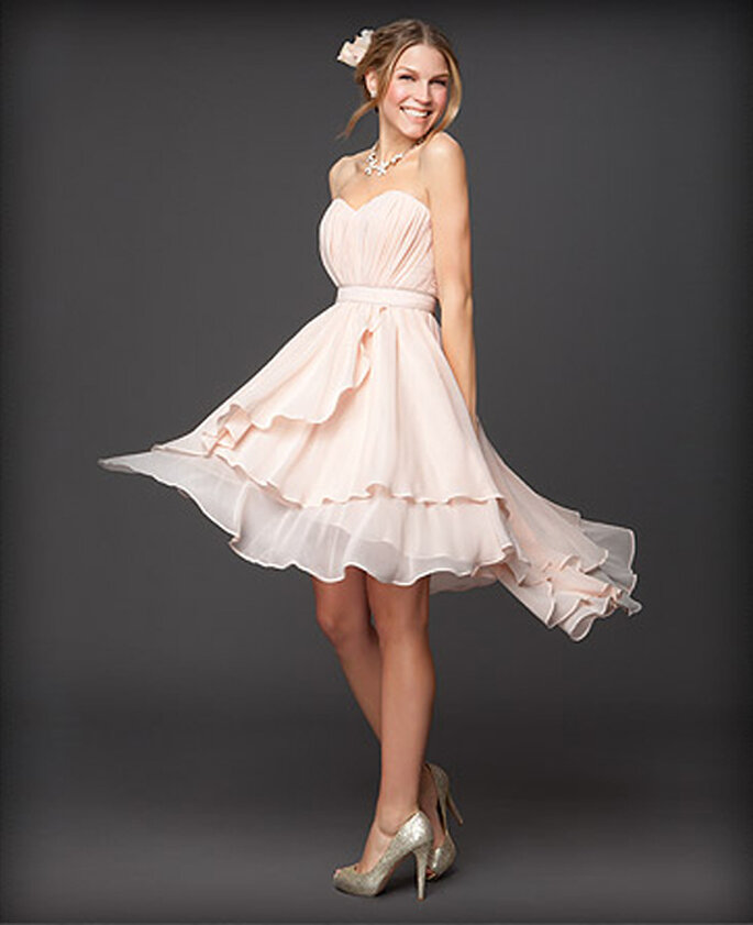 Vestido para dama de boda strapless en color crema - Foto: Colección Rami Kashou para Bebe