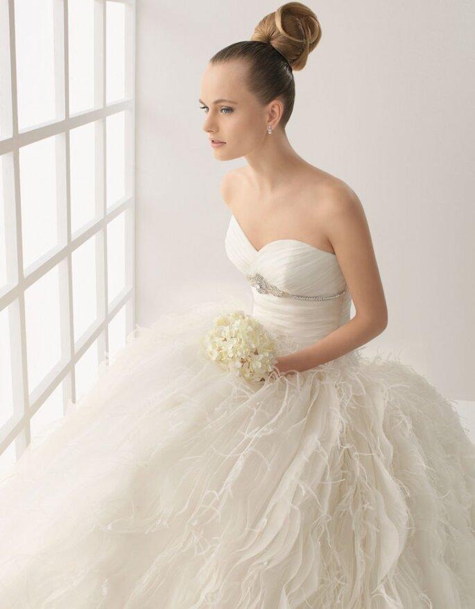 Vestido Lya de organza de seda y pedrería en color natural, Rosa Clará.