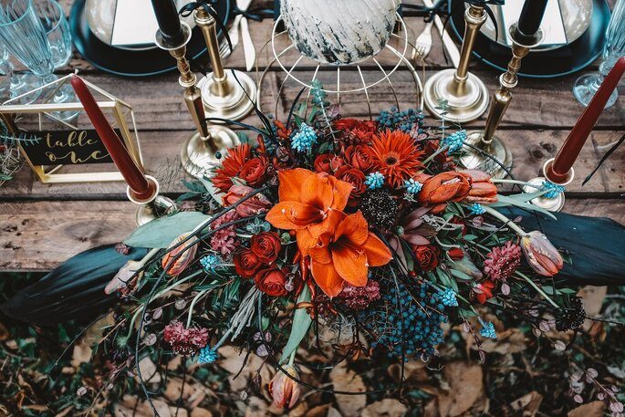 centro de mesa grande arranjo floral tons laranja rústico