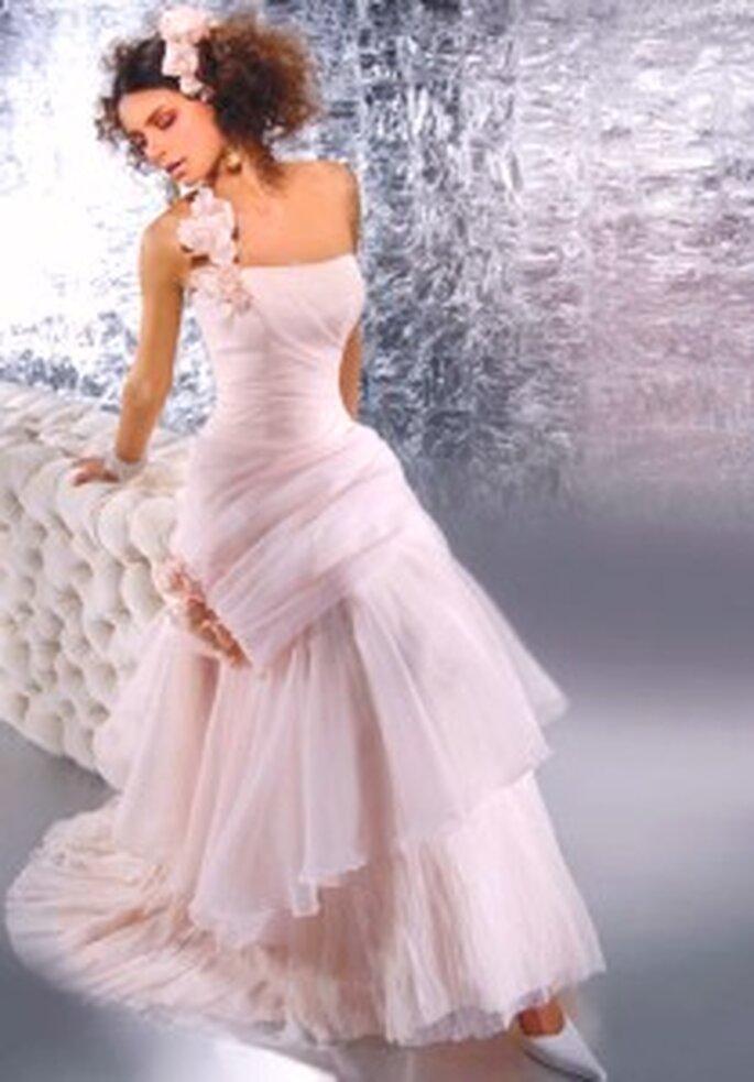 Demetrios 2009 - Vestido largo en organza, strapless, corte en A, falda superpuesta con cola