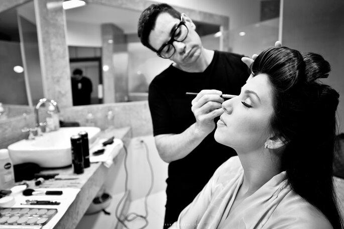 noiva faz maquiagem nos olhos