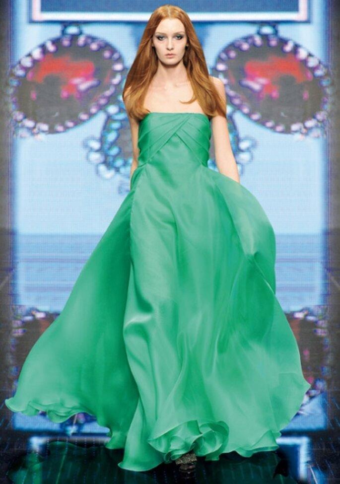 Vestido verde de noche largo, silueta de princesa y escote strapless.