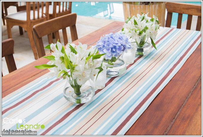 Detalles como el mantel y vasos pequeños con pocas flores combinan con bodas de campo. Foto de Carlos Leandro