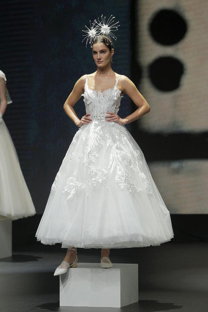 Colección Touch de Yolan Cris - vestido de novia corte A y largo hasta el tobillo, bustier detallado y falda de crinolina