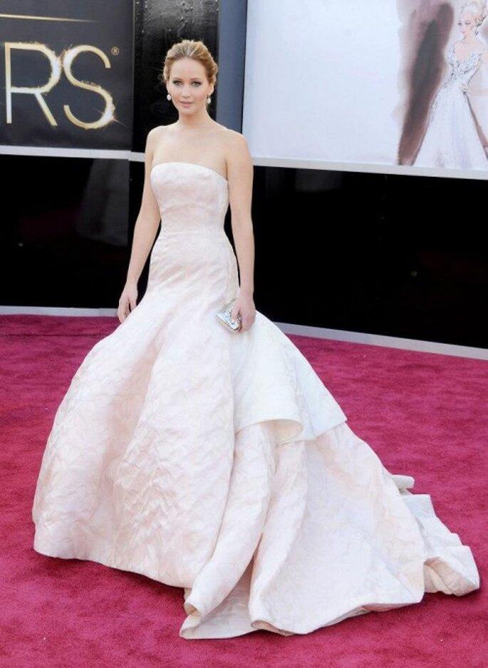 Jennifer Lawrence en un vestido largo color blanco con silueta sirena y escote strapless - Foto Dior Facebook
