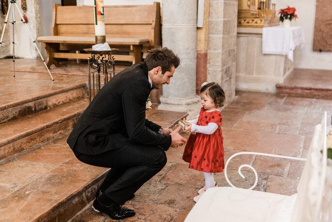 Kirchliche Trauung. Bräutigam am Altar mit Blumenmädchen