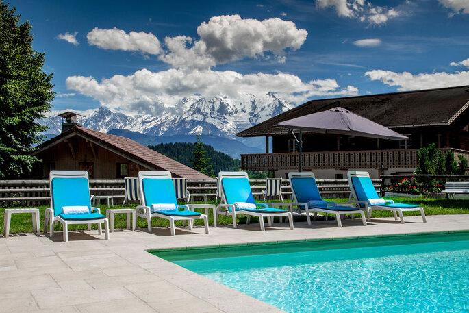 Un lieu de réception de mariage en montagne avec une piscine