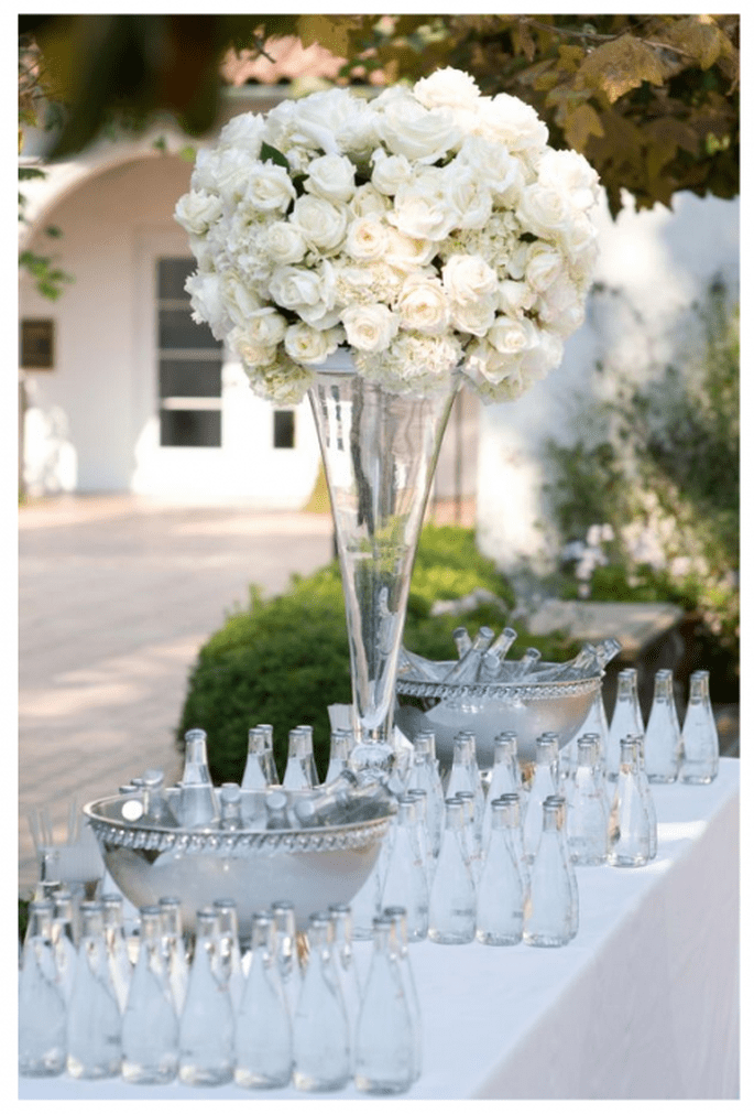 Centre de table haut avec fleurs blanches - Photo Simone and Martin Photography