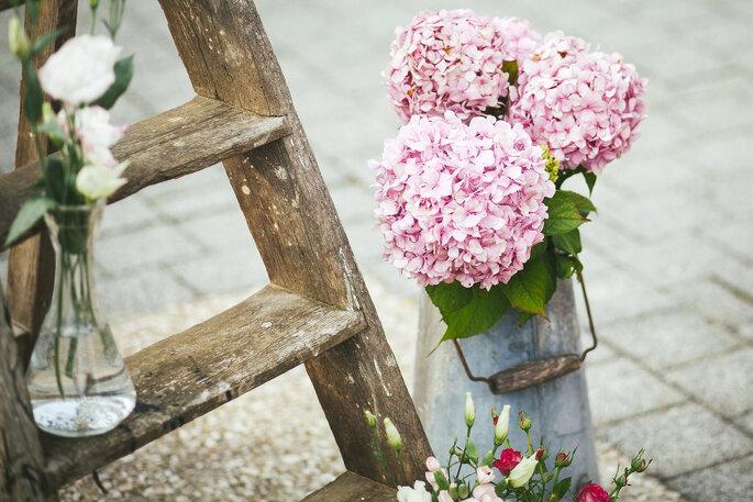 Holzleiter mit Blumen