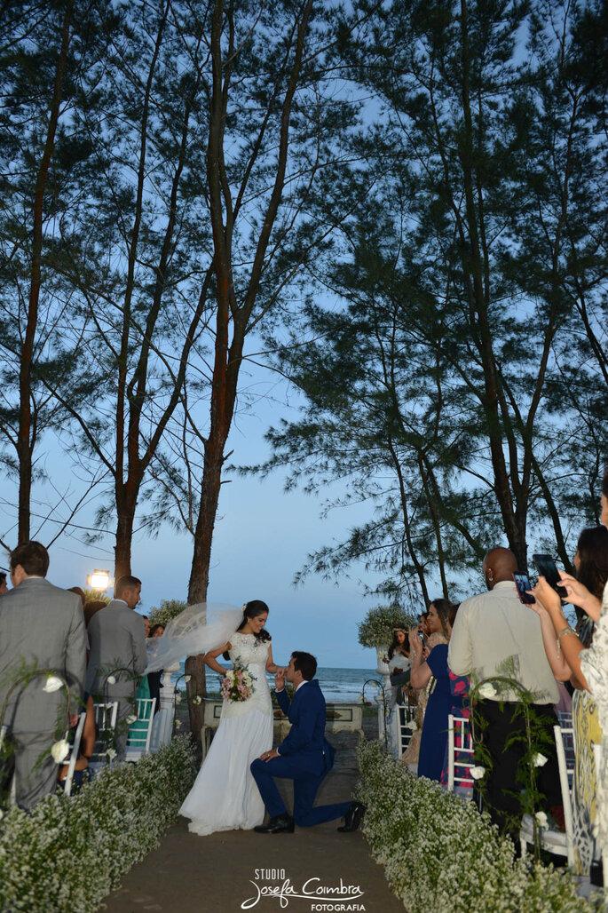 Noivos casando na praia