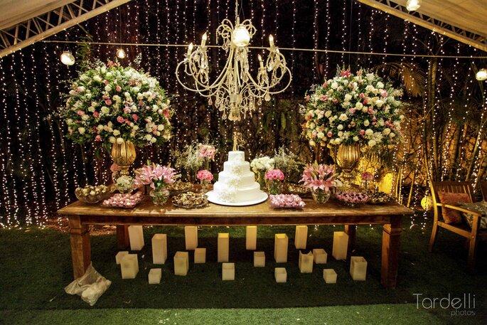 Mesa do bolo rústico-chique