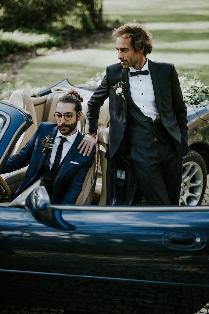 Noivos fatos de noivo no carro