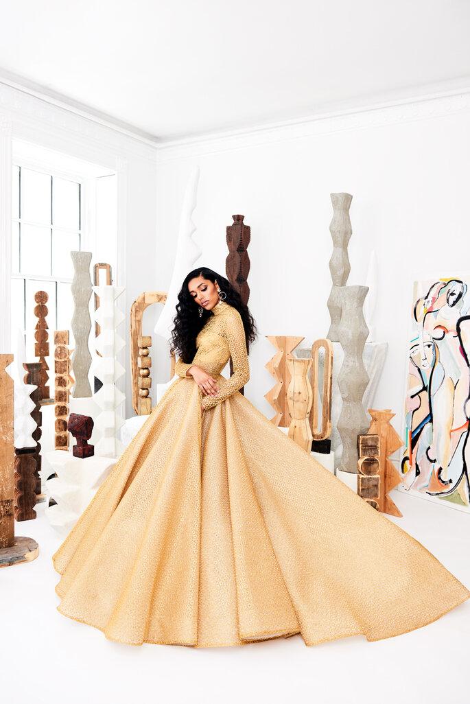 Vestido de novia en color ocre con falda voluminosa