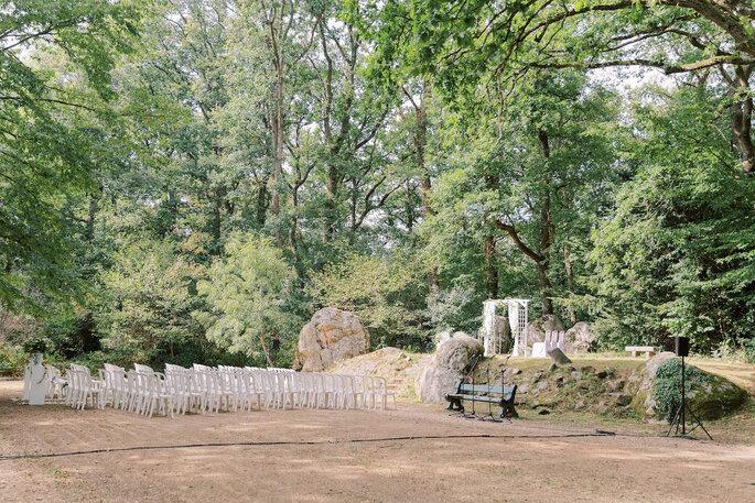 Le coin de la cérémonie, au milieu des arbres et des rochers naturels, dans le parc verdoyant