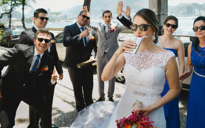 Noiva bebendo drink com padrinhos de óculos de sol em mini wedding