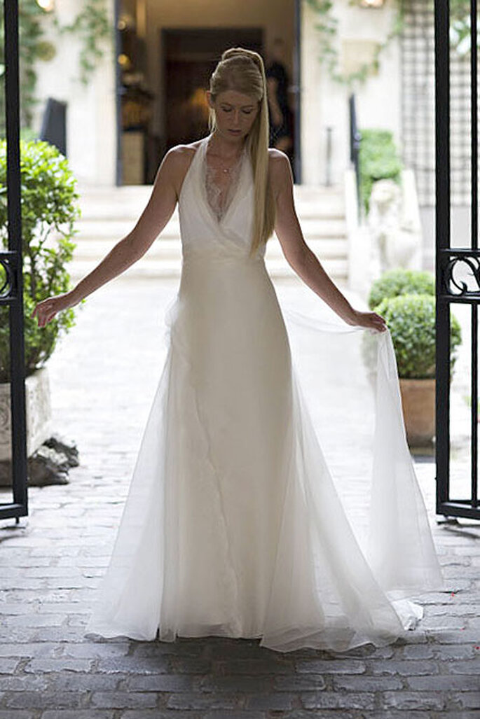 Collection de robes de mariée Amarildine 2011 - Alisma : robe dos nu en organza, broderies de pétales