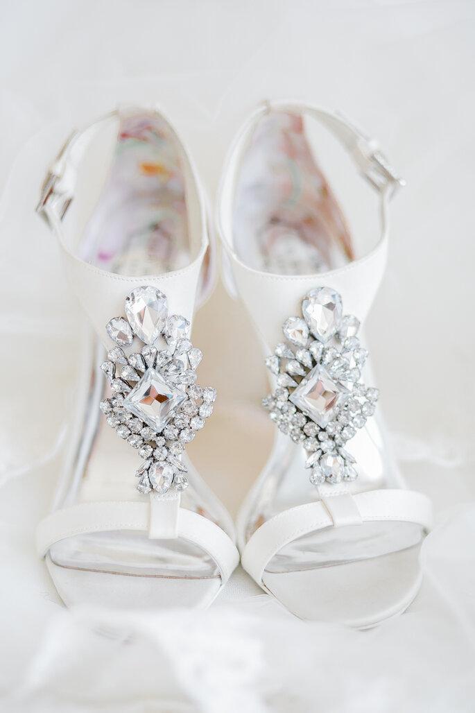 sapatos de noiva com aplicações de grandes joias
