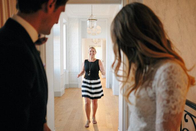 Emmanuelle, la wedding planner, s'avançant vers le couple de mariés dont elle gère le grand jour