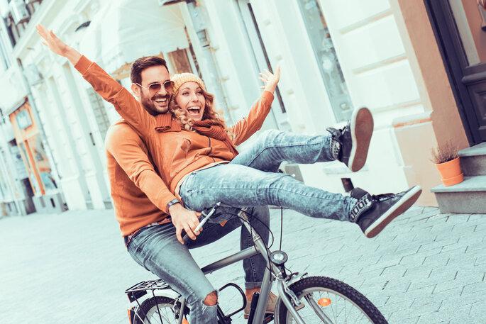 Coupleshoot. Glückliches Paar auf Fahrrad