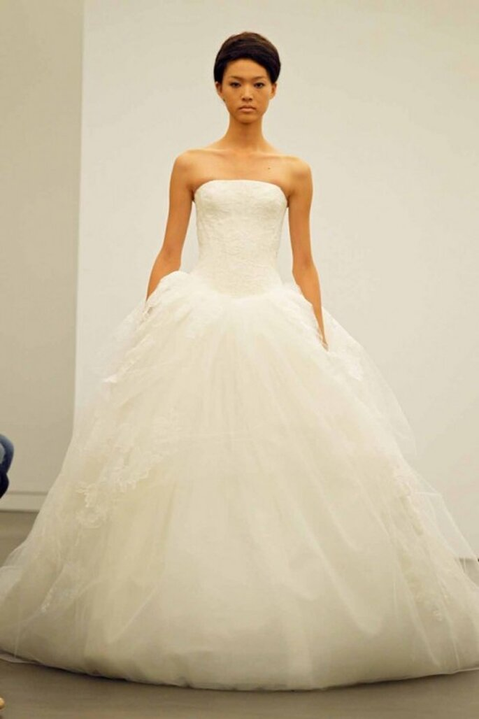 Vestido de novia otoño 2013 corte princesa con escote strapless y falda vaporosa - Foto Vera Wang