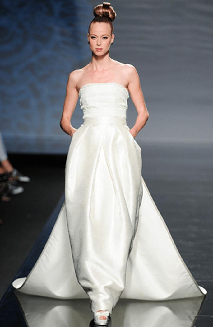 Vestido de novia estilo oriental de Rosa Clará 2011