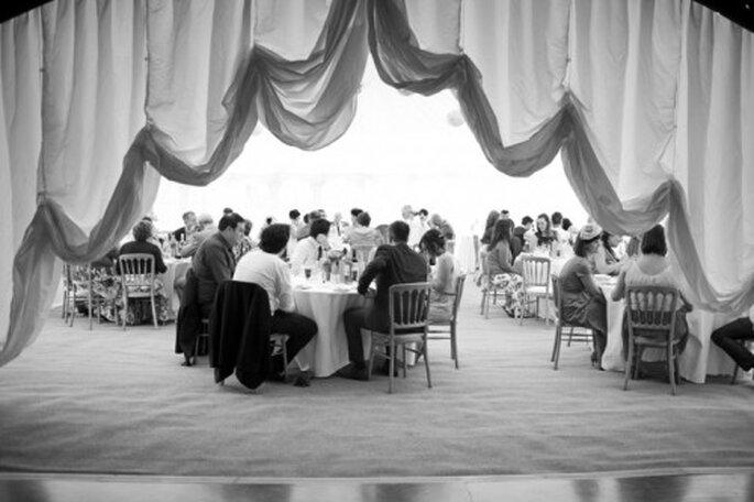 Procura que los centros de mesa en el banquete no afecten la interacción de tus invitados - Foto Cotton Candy Weddings