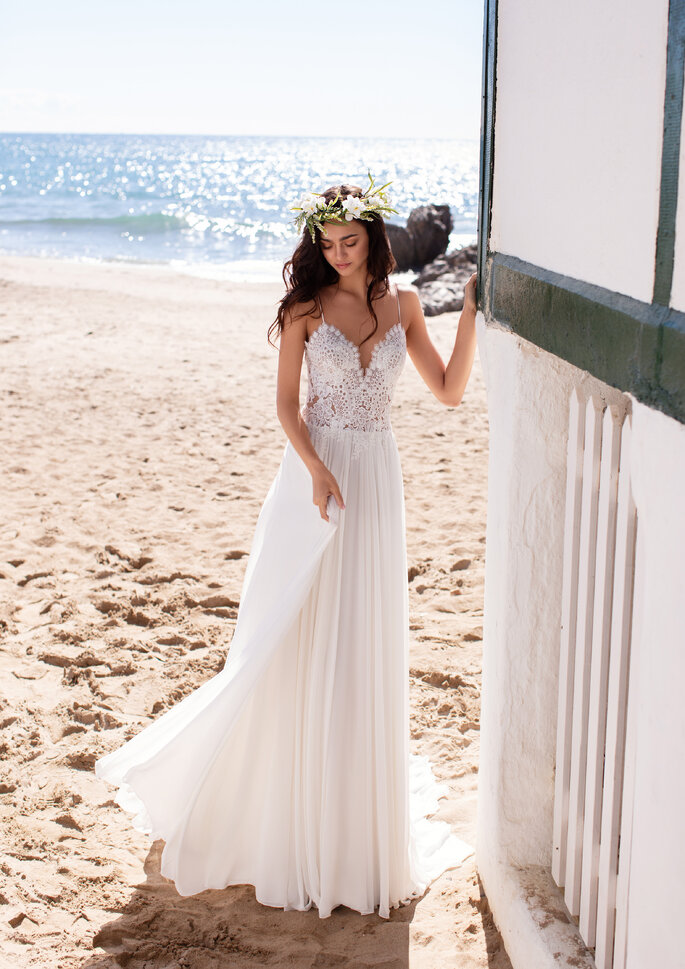 Vestido de novia corte recto escote en V con finos tirantes