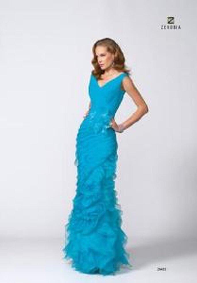 Model Novias 2009 - Vestido largo celeste ajustado, de escote en V con aplique floral en la cintura