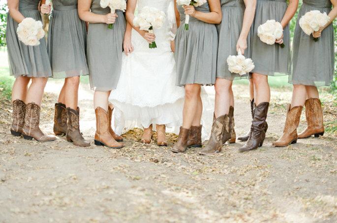 Las botas vaqueras son uno de los elementos fundamentales en una boda estilo country. Foto: Jeff Sampson Photography