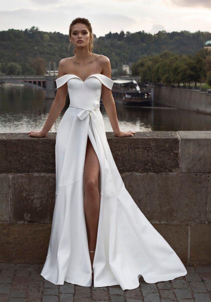 Vestido de novia cuello barco y escote corazón con abertura profunda en la pierna