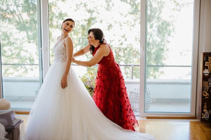 la mamá de la novia con su hija el día de su boda