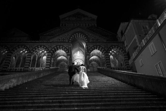Fotografia bianco e nero coppia di sposi scalinata chiesa