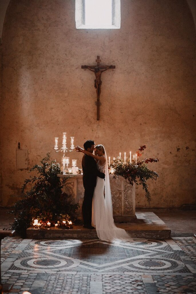 Brautpaar sich umarmend in Kirche