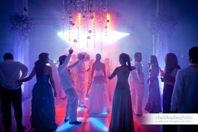 Los novios con los invitados disfrutando de la fiesta. Foto: christopheweddingphoto.com