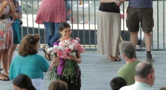 Propuesta de matrimonio con ayuda de flores y extraños - Foto TeresaAndJack