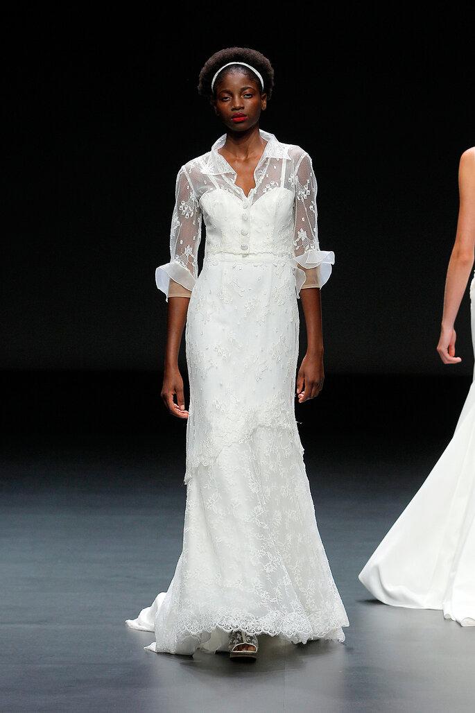 Cymbeline vestido de novia con mangas 3/4 parte superior tipo camisa de encaje sobre escote transparente de encaje