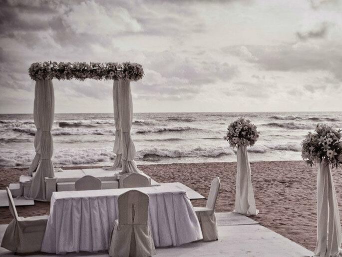Kora Events - cerimonia nuziale sulla spiaggia in bianco e nero